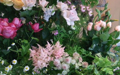 5月、バラの季節の店内