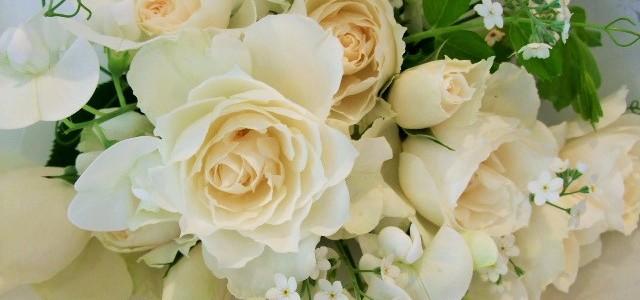 バラ・プリンセスオブウェールズと白い草花の花束
