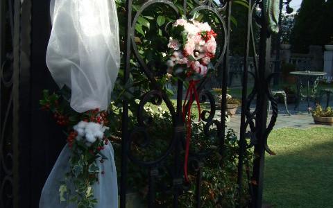 バラ・オールドファンタジーとコットンの門扉装飾