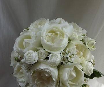 バラと草花の小ぶりなラウンドブーケ