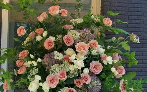 シックな茶色、アイボリー系のバラと秋紫陽花のスタンド花