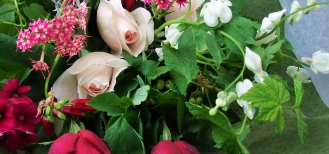 香りの良い2種のバラと、春の草花の花束