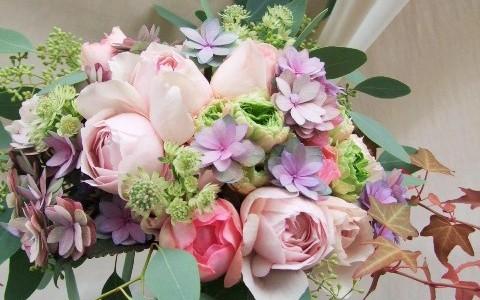 イヴシルバと2種のバラ、秋色紫陽花のロマンチックブーケ