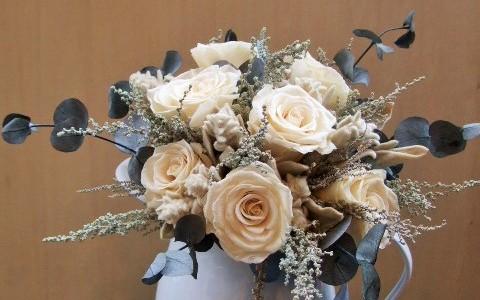 白バラとハーブグリーンのブーケ&白いホーロージャグ