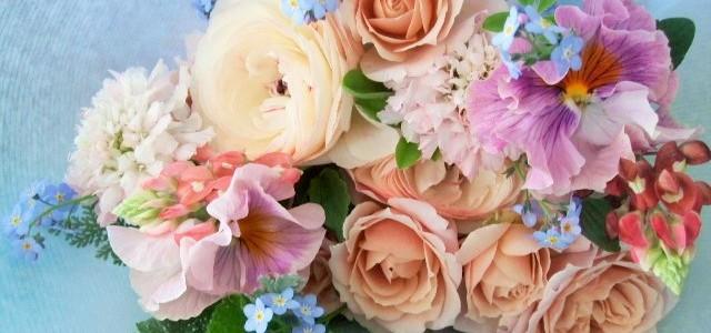 バラとパンジー、春の草花のミックス花束