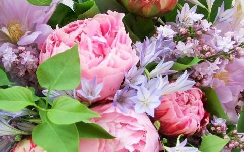 芍薬とクレマチス、ライラックのピンク&ラベンダーカラーの花束
