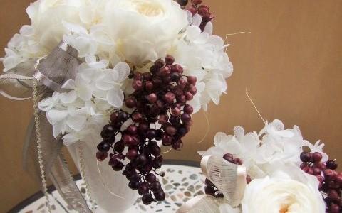 薔薇てまりと紫色のペッパーバリーのアレンジメント