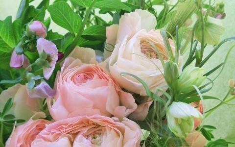 ラナンキュラスと緑色の草花の花束