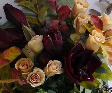 茶色の薔薇とアマリリスの秋色花束