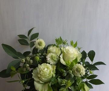 白バラとブルーベリーのアレンジメント