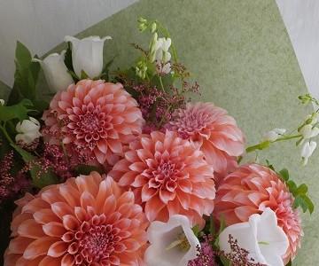 ダリアピーチインシーズンと季節の草花の花束