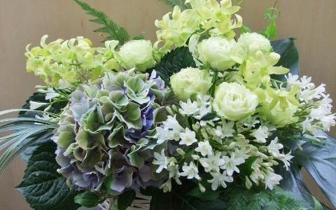 アジサイと蘭、バラを入れた、夏のアレンジメント