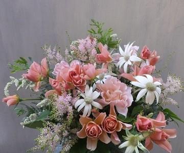 バラそらと優しい草花のアレンジメント
