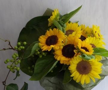 ひまわりと山帰来の花束