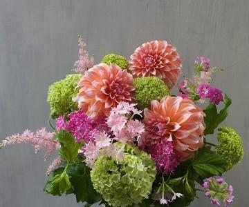 母の日のアレンジメント(ダリアとビバーナムと草花)