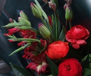 チューリップとラナンキュラス 赤と紫のシックな花束
