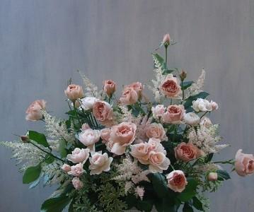 ベージュピンクの薔薇とアスチルベのアレンジメント