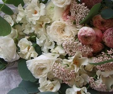白いスプレーバラとラナンキュラスのミックス花束