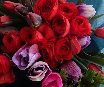 ラナンキュラスとチューリップのゴージャスな花束