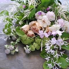 バラと季節花のブーケ