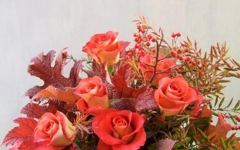 秋バラと紅葉のアレンジメント