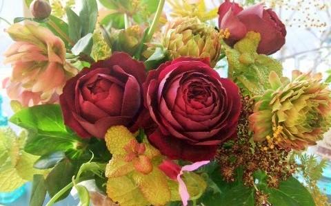 バラ・ロワイヤルと季節の草花のアレンジメント