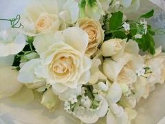 バラと白い忘れな草の小さな花束