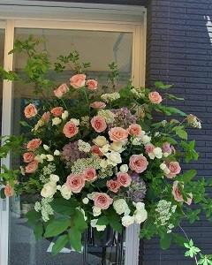 ニュアンスカラーのバラのスタンド装花