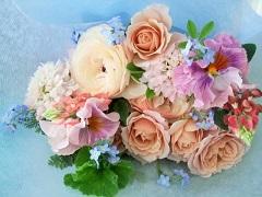 パンジーとバラ、草花のミニブーケ