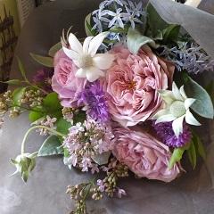 ニュアンスカラーのバラとライラックの花束