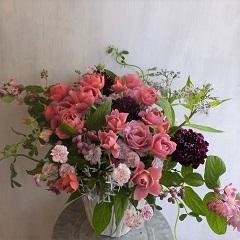 バラ葵と初夏の草花のアレンジメント