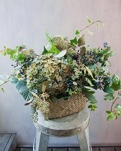 シックな紫陽花と実物とグリーンのアレンジメント