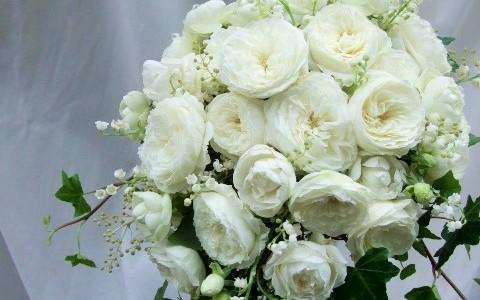 白バラとスズランのドロップブーケ