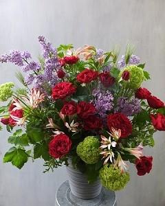赤いバラとライラックのガーデンスタイルアレンジメント