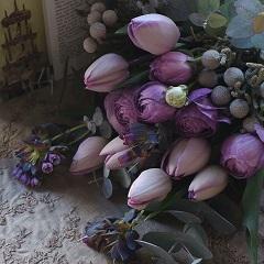 紫チューリップのシックな花束