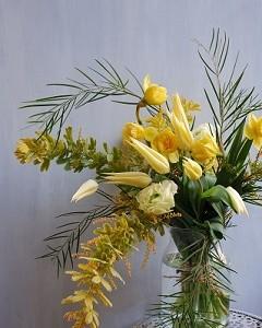 黄色のチューリップとミモザの花束