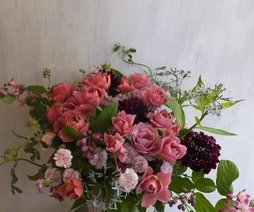 バラ葵と草花のアレンジメント