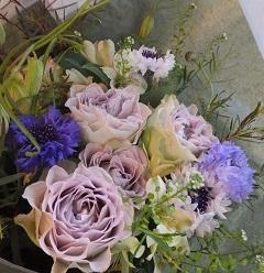 紫バラと春の草花の花束