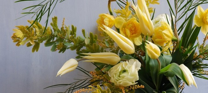 アカシアオーレアとチューリップの花束