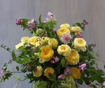 黄色い薔薇と季節の枝・草花のアレンジメント
