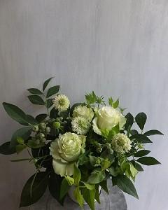 白バラとブルーベリーの小ぶりなアレンジメント
