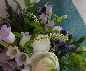 白い芍薬とブルー系草花の花束