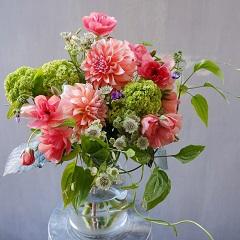 ダリアとビバーナムの花束