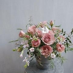 バラシュナーベルと繊細な草花のアレンジメント