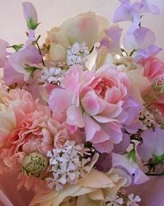スイートピーとラナンキュラスのロマンティックな花束