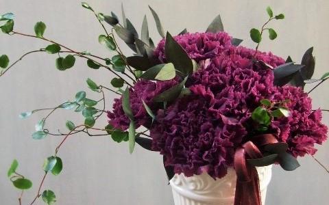 紫カーネーションとワイヤープランツのアレンジメント