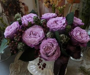 大輪薔薇とペッパーベリーのプリザーブドフラワー