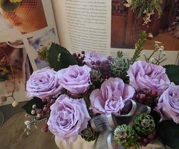 ラベンダー色の薔薇とグリーンのプリザーブドフラワー