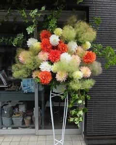 スモークツリーとダリアのスタンド装花