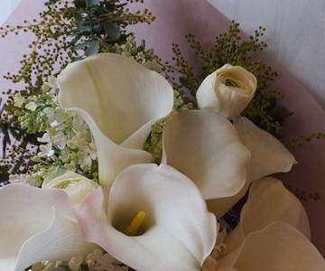 白いカラーとライラックの花束